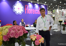 Ecuadorian rose grower Xavier Beltran of Florecal showing the visitors the difference between the garden type roses (on the left) and the real garden roses (right). Their main market is in the US, but Russian is an important market too, about 15-18 percent of their roses go to this country.
