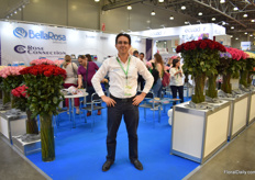 Santiago Luzuriaga of BellaRosa and Rose Connection. This Ecuadorian rose grower brought around 20 new varieties to the show. Besides standard roses, they are also eager to increase the exports of tinted and preserved roses.