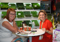 On the right Tamara Elstgeest of Beekenkamp together with a customer.