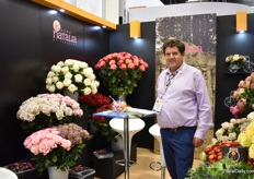 Alvaro Espinoas of Natalia. Besides their main product roses, they also grow Eurachium and Ranoncules.