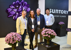 The team of Suntory. In week 43, their dark carnation variety Moonvista will receive authorization in Europe or sales and marketing.