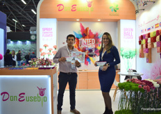 Andres Olier and Carolina Merchan of Don Eusebjo presenting their tinted carnations collection.