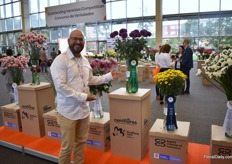 Guillermo Mahecha of Dekker Chrysanten proudly promiting their awarded variety.
