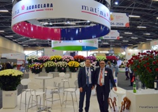 If you look for 'Ecuadorian' roses from Colombia, come to Matina. In order to obtain maximum quality and spread risks, all four locations numbering 25 hectares total have their own post harvest processing stations. At the photo Jorge Ortego and Alberto Bermudez.