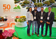 Jardines de los Andes celebrates 50 years of flower production. Thereby this farm is one of the absolute first growers in Colombia. And still growing stong & blooming, the oak tree filled with charmelia - a flower almost exclusively grown by Jardines de los Andes - symbolizes. Jeronimo and Juan Camilo Herrera, brothers, manage the company their parents started. Denisse Byfield is in charge of the marketing, Kees Gram (right) is from breeding company Royal van Zanten, and is aquinted with these guys since the 80's.