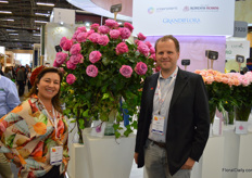 Ana Benavides together with John Kordes (Kordes Roses), both proud of being awarded the golden medal in the category 'best new rose' with this new variety, the Queens Crown.