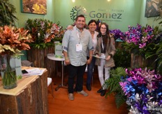 Jairo Gomez, together with Mariela Calderon and Gina Gonzalez, with Gomez Flores y Folliajes. This grower produces many types of foliage: mainly ruscus, but also liriopa, cocculos, eucaliptus, pittosporum, and more. As you can see, Gomez also knows how to tint leaves.