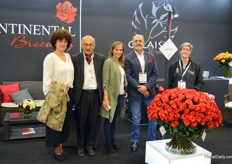 The team of Continental Breeding, who developed a remarkable red rose variety called Bromo. This variety can be grown both under foil especially designed for growing red roses, as well as with foil designed to use in cultivating different colour roses (the difference being in the amount of UV light blocked). Normally, reds need less UV, or else they 'burn'. This means the outer leaves get some sort of smoked-looking edges. Normally this is something want to avoid, but with Bromo the effect is quite amazing!