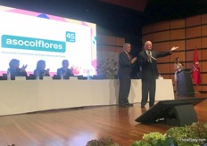 Asocoflores celebrates 45 years. This fact was commemorated by president Duque, here congraturlating the president of the Colombian growers & exporters assoociation, Augusto Solano (at the opening ceremony)