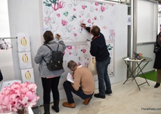 At the cyclamen wall, guests could leave a message or drawing.