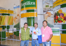 The team of Poly Sur S.A. de C.V. and Fertiliza in front of the Fertiliza booth.