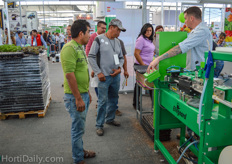 Tim Larsson showing the Ellepot machine to the Mexican growers. An interview with them will follow on HortiDaily.com.