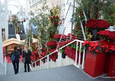The stairs of the Galleria decorated with two variety red roses of De Ruitee; Rhodos and Ever Red and poinsettias of Dümmen Orange.