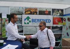 Jorgen Bartels van Benfried shake hands with a foreign visitor of the Flower Trials.