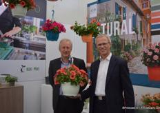 Geert Van de Voorde and Kees Waque of Desch Plantpak holding a hanging basket of the new 2016 trends. The 2016 trends are for spring 2016 and consist of 3 trends, namely: natural, clear and LOL. Natural was displayed at Florensis during the FlowerTrials. Natural consists of pots with natural colors and bold color combinations, blue and orange for example.