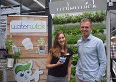 Marleen van Haaften and Robert Jan in 't Veld of Waterwick with a 12 cm pot with the Waterwick stick. The string irrigates the plant. Therefore, the customer does not have to water its plant that often.