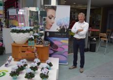 Marc van Heijningen from Schoneveld Breeding with one of the new concepts: the Make-upz cyclamen