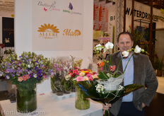 Chris Biesheuvel from Butterfly Orchids proudly presenting his newest idea: a bouquet wherein a potted orchid is hidden.