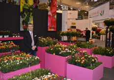 Eduard Koks from De Ruiter Innovations between some of the many roses the breeder produces