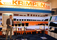 Jacob van Ballegooijen showed the new Van Krimpen container pots. A bigger buffer can be realised in these pots, it's easy to sticker and the loading is updated.